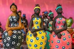 Poucas esculturas da mulher da argila pintadas com cores vibrantes e usadas como em casa a decoração no nordeste de Brasil em Oli imagem de stock royalty free