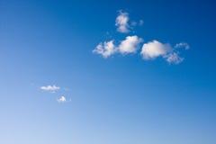 Poucas nuvens em um céu azul Foto de Stock