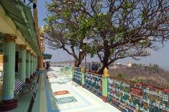 Poucas pessoas logo no U Ponya Shin Pagoda em Mandalay imagem de stock