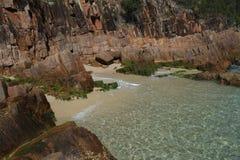 Poucas rochas da baía Fotografia de Stock