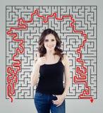 Pouce d'apparence de jeune femme sur le fond de labyrinthe Fille heureuse prévoyant sa vie et prenant la décision photographie stock