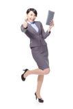 Pouce de femme d'affaires vers le haut avec le PC de tablette Image libre de droits