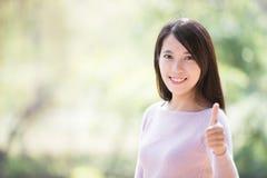 Pouce de sourire de jeune femme  images libres de droits