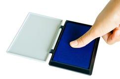 Pouce et doigt sur la protection bleue Photographie stock