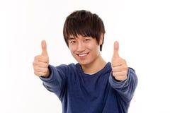 Pouce heureux d'exposition de jeune homme Image stock