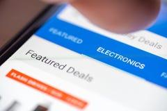Pouce humain de doigt au-dessus de lien de bouton de catégorie de l'électronique sur l'APP de achat sur le plan rapproché d'écran image libre de droits