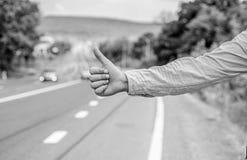 Pouce vers le haut de la signification de geste Différence de culture Auto-stop du geste Le pouce informent des conducteurs faisa photographie stock