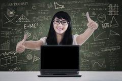 Pouces d'étudiant universitaire dans la classe Images stock
