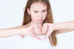 Pouces d'enfant mécontents par mécontentement d'émotion vers le bas images libres de droits