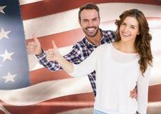 Pouces de couples contre le drapeau américain Image stock