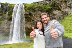 Pouces de couples de l'Islande utilisant le chandail islandais Photographie stock libre de droits