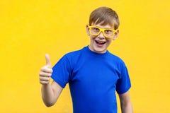 Pouces de succès et de bonheur, regardant l'appareil-photo et le SM toothy images stock