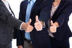 Pouces : gens d'affaires faisant le symbole pour le succès, oui ou le pair Photo libre de droits