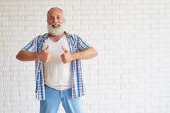 Pouces supérieurs élégants heureux d'exposition avec les deux mains Photo stock