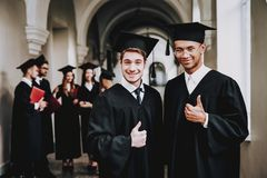 Pouces vers le haut classmates types manteau université image libre de droits
