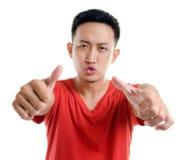 Pouces vers le haut de jeune homme asiatique du sud-est Images libres de droits