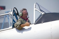Pouces-vers le haut donnants pilotes Photographie stock
