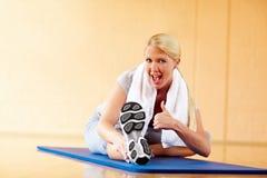 Pouces vers le haut en gymnastique photos stock