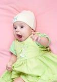 Pouco 3 meses de bebê-menina vestida no terno verde Fotos de Stock