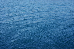Pouco acena na água do lago imagem de stock