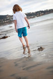 Pouco andando na praia Fotos de Stock Royalty Free