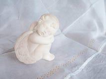 Pouco anjo cerâmico com asas Fotografia de Stock Royalty Free