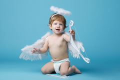 Pouco anjo no fundo azul Fotografia de Stock Royalty Free