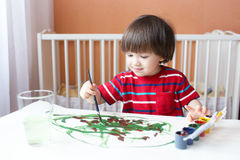 Pouco 2 anos de pinturas do menino em casa Fotos de Stock Royalty Free