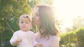Pouco babygirl com o mum bonito que abraça o movimento lento exterior vídeos de arquivo