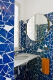 Pouco banheiro azul fotos de stock