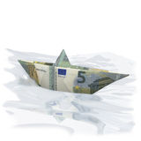 Pouco barco de papel com Euro cinco Imagem de Stock