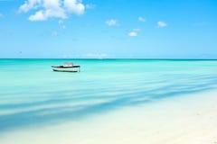 Pouco barco de pesca no mar das caraíbas na ilha de Aruba Imagem de Stock Royalty Free