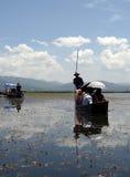 Pouco barco de prazer no lago Lashihai imagem de stock royalty free