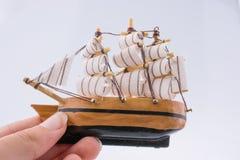 Pouco barco modelo de madeira à disposição Imagem de Stock Royalty Free