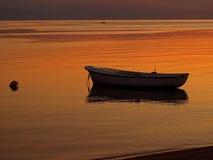 Pouco barco no por do sol Foto de Stock Royalty Free
