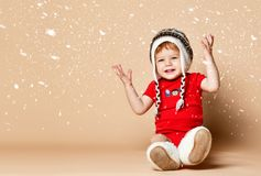 Pouco bebê que tem o divertimento no estúdio no fundo bege fotos de stock royalty free