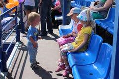 Pouco bebê veio às crianças no estádio no verão na rua no verão 2014 do festival dos esportes da cidade em Novosib imagens de stock royalty free