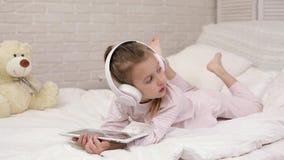 Pouco beb? da crian?a que escuta a m?sica com fones de ouvido