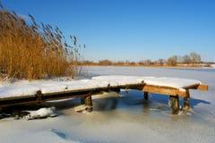 Pouco beliche de madeira na neve fotos de stock
