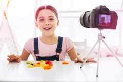Pouco blogger engraçado do alimento que diz seus seguidores sobre doces e doces favoritos imagem de stock