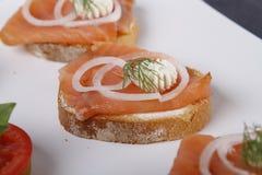 Pouco canapes com atum e alcaparra, tomate e mozarella, salmões e cebolas fotos de stock