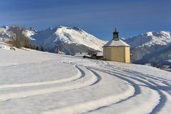 Pouco capela em uma paisagem nevado bonita da montanha foto de stock royalty free
