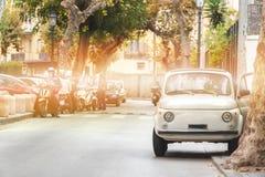 Pouco carro retro no vintage velho da rua, dia de ver?o bonito em It?lia, excurs?o do curso imagem de stock