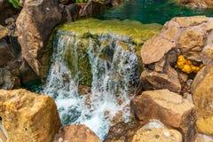 Pouco cascata e cogumelo no jardim chin?s fotos de stock royalty free