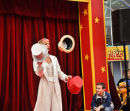 Pouco circo, juggler com os chapéus na vila de Disney Imagem de Stock