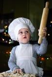 Pouco cozinheiro com um pino do rolo aumentado Foto de Stock