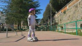 Pouco criança aprende montar patins de rolo video estoque