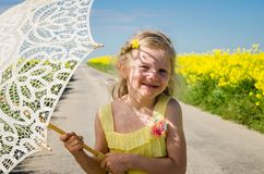 Pouco criança com o retrato de sorriso do parasol foto de stock