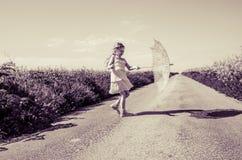 Pouco criança com parasol foto de stock royalty free