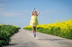 Pouco criança que anda no trajeto rural na natureza bonita do verão fotos de stock